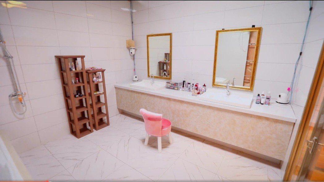 節目組1比1還原張嘉倪浴室。圖/擷自騰訊視頻