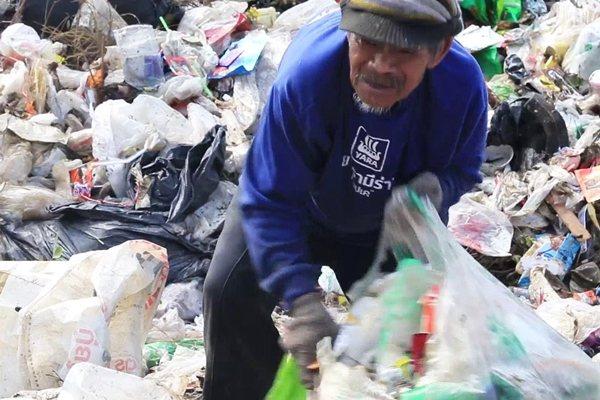 十年多來,無論颳風下雨,老翁都會出門撿垃圾變賣。圖片來源/MGR Online