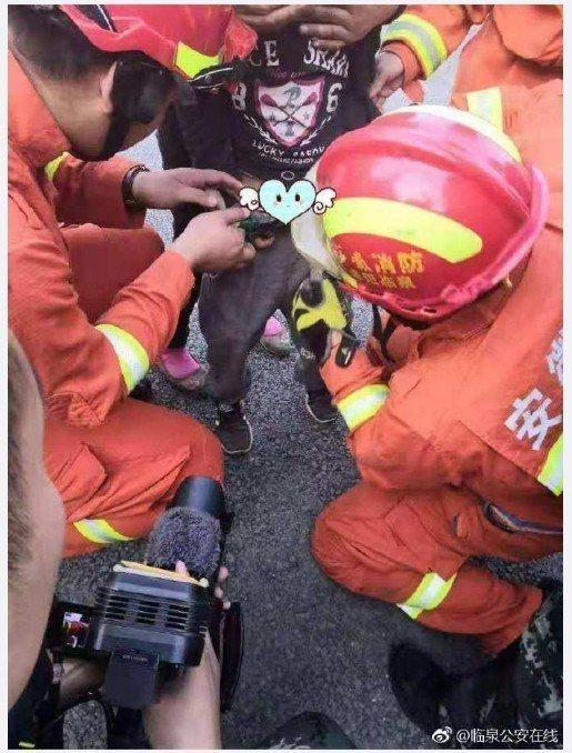 一名10歲男童玩強力磁鐵不小心夾到自己的生殖器還無法自拔,痛急的他只好向大人求救...