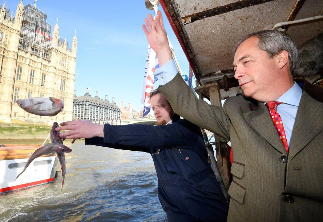 梅伊在脫歐談判中走的每一步,都有源自漁業問題的怒吼。圖為前英國獨立黨黨魁法拉吉(...