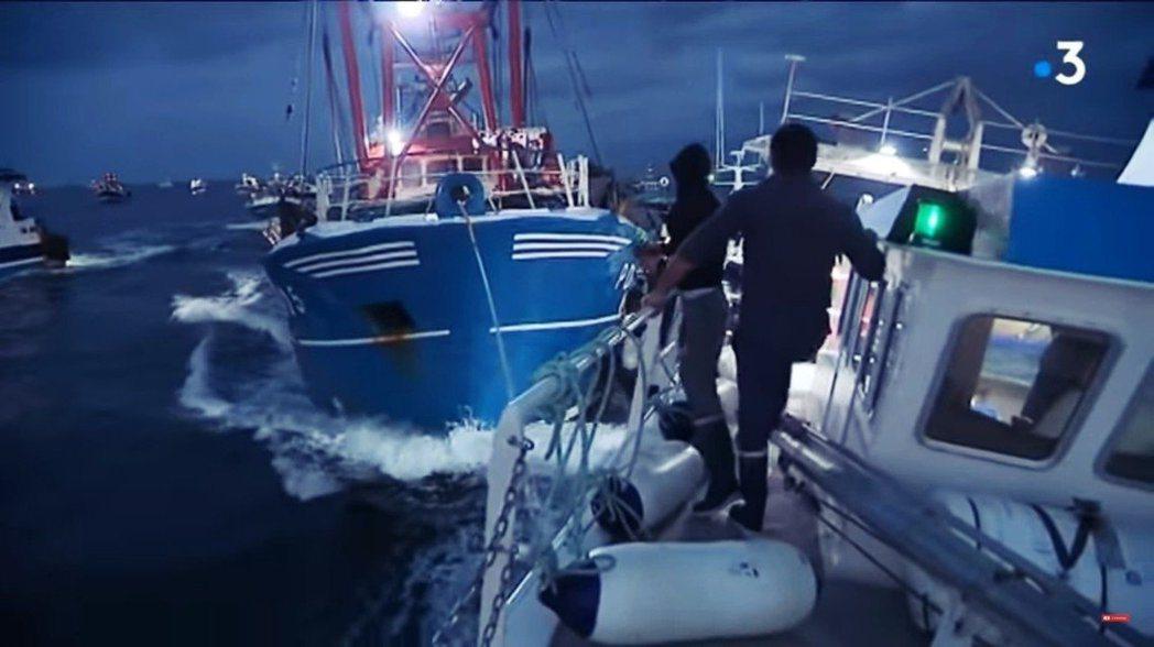 今年8月扇貝大造之時,英國漁夫趁著法國漁夫每年夏季的法定扇貝休漁期,「入侵」靠近...