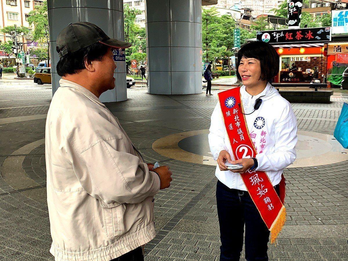 國民黨議員候選人白珮茹(右)到汐止車站拜票發文宣品,希望透過與民眾面對面接觸,提...