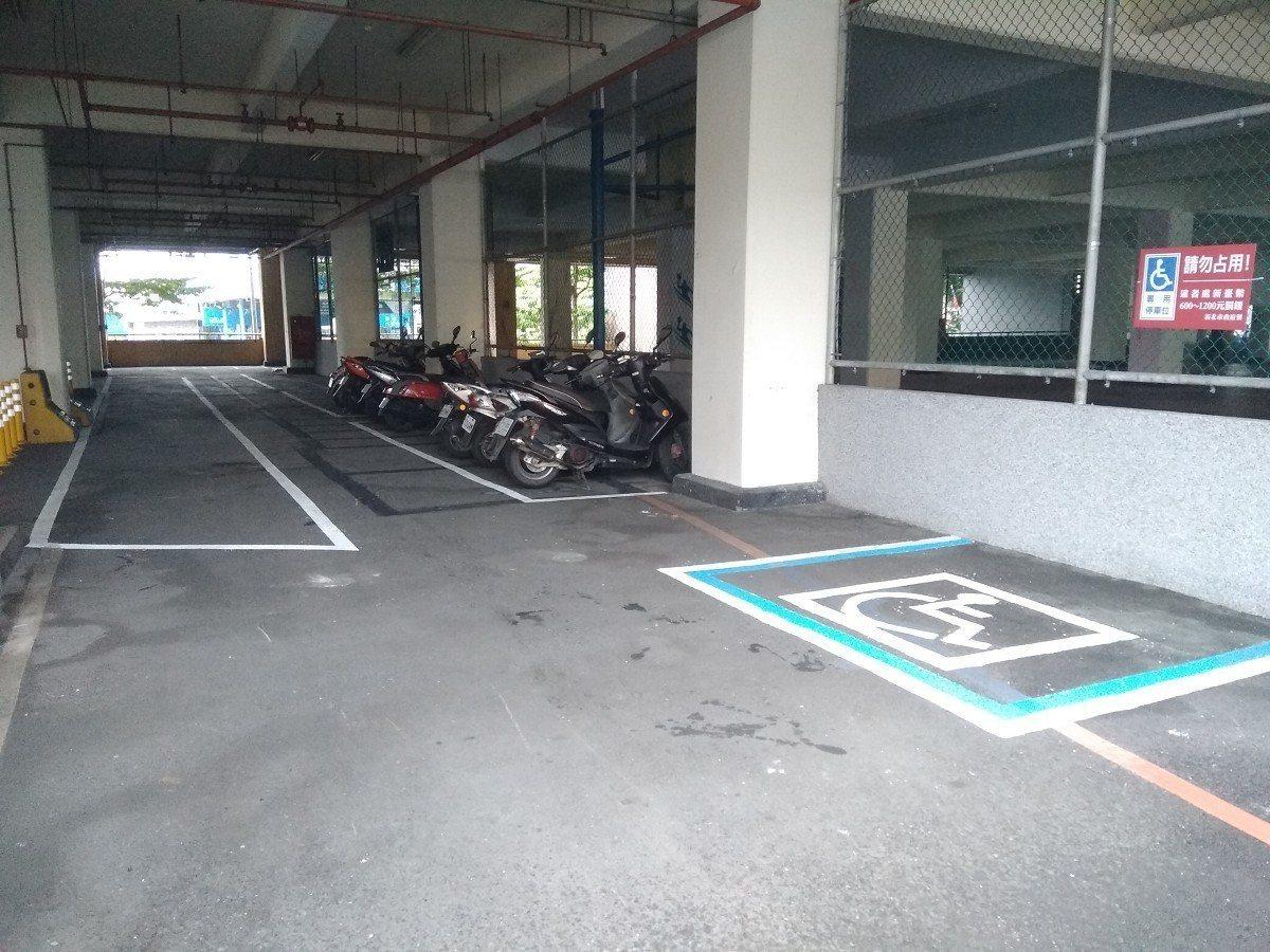 五股區工商立體停車場,經市議員陳明義的協調爭取下,在1樓增設機車停車區,免費停放...