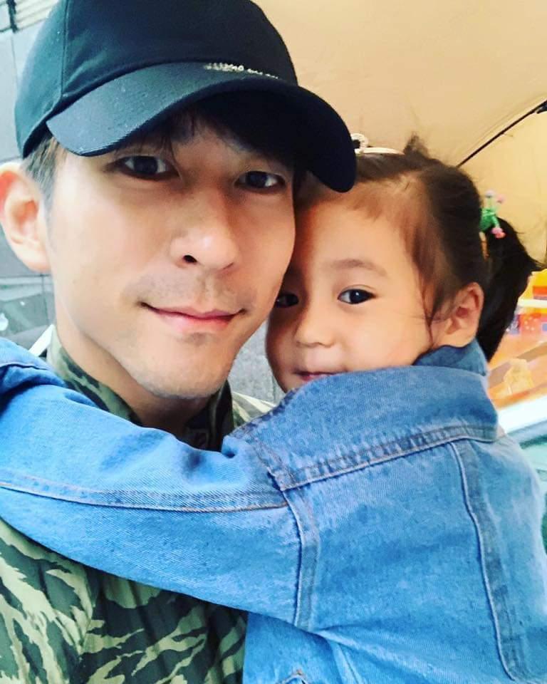 修杰楷獲得女兒甜美一吻超幸福。圖/摘自臉書