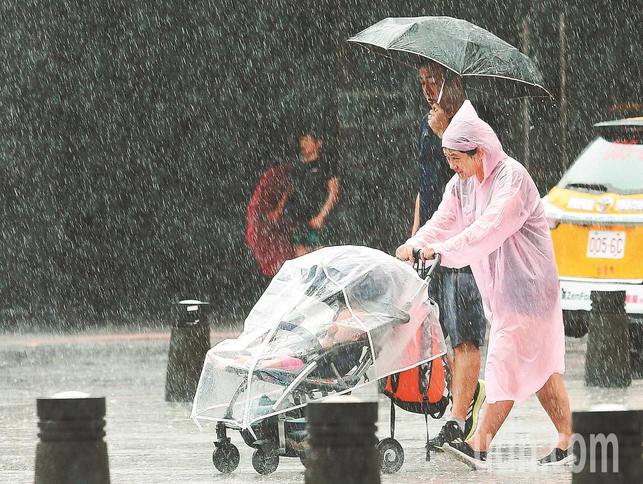 象氣專家吳德榮說,今明東北部發生劇烈降水的機率為最高,應隨時注意氣象局特報。圖/...