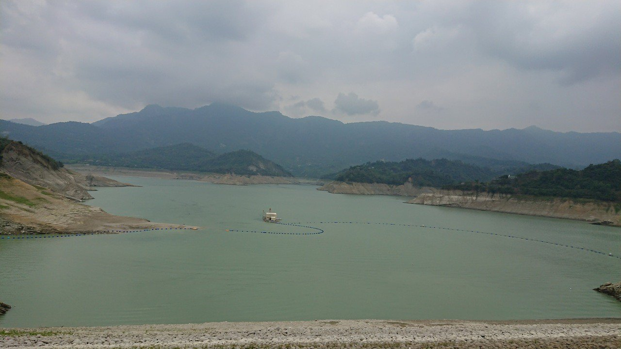 玉兔颱風目前預報對北部影響較大,但南區水資源局不敢輕忽加強南部水庫防颱警戒,目前...