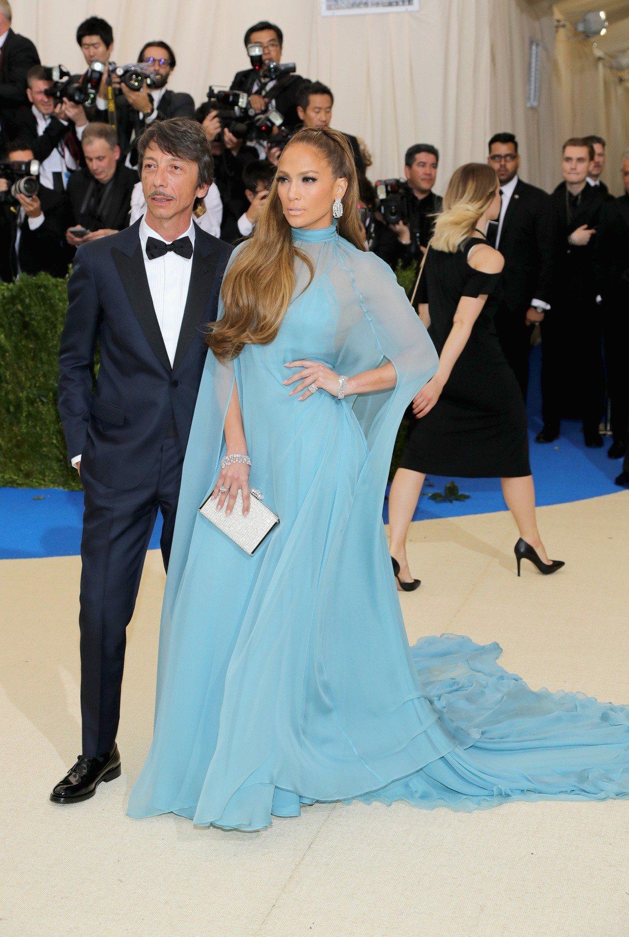 J-Lo曾穿上Valentino天藍色的斗篷禮服,透膚質料讓肌膚若隱若現,當時還...