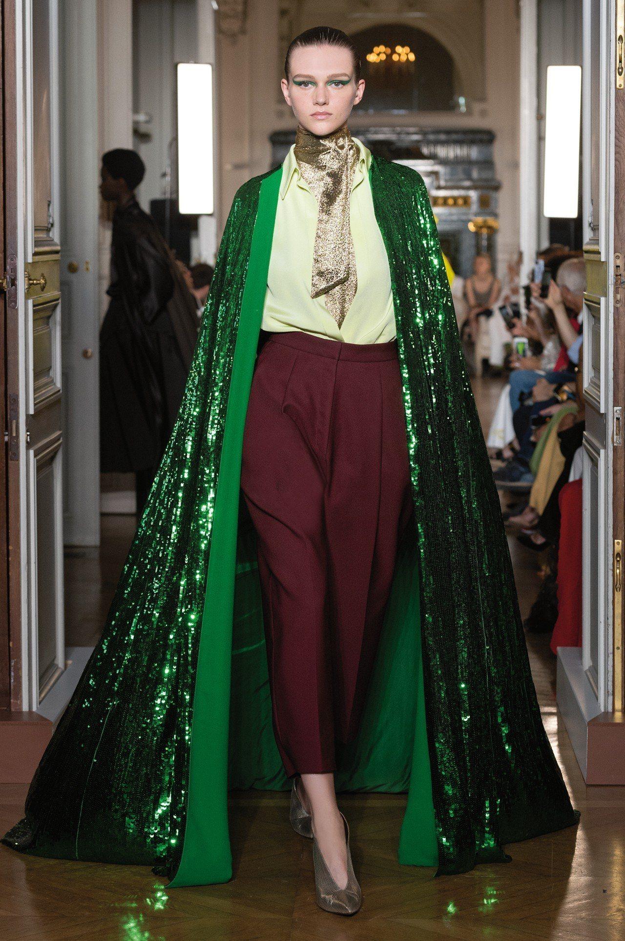 Valentino 2018秋冬高級訂製系列的綠色亮片長袍。圖/Valentin...
