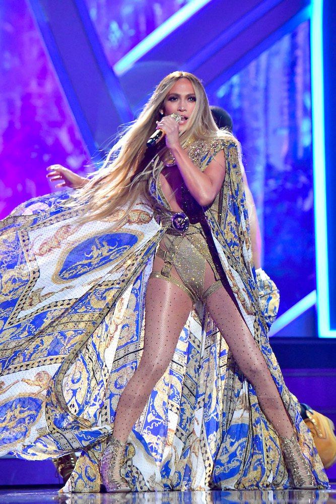 J-Lo穿著Atelier Versace高級訂製禮服在今年的美國MTV音樂錄影...