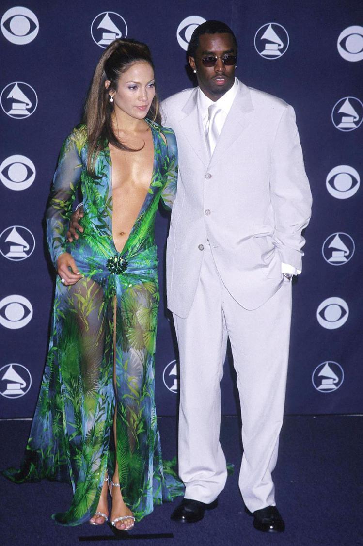 2000年的葛萊美獎,J-Lo身穿Versace「上V下倒V」的印花禮服與吹牛老...