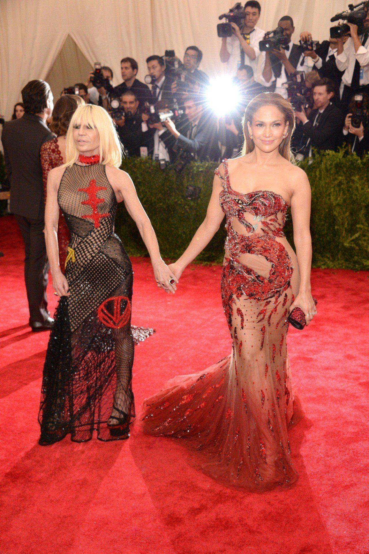 J-Lo選穿出自Versace的火紅的龍圖騰刺繡搭配薄紗禮服,整體鏤空設計非常誘...