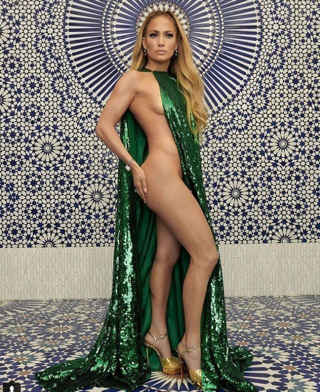 J-Lo是Instyle雜誌12月封面人物,最新曝光的照片可見她身穿Valent...