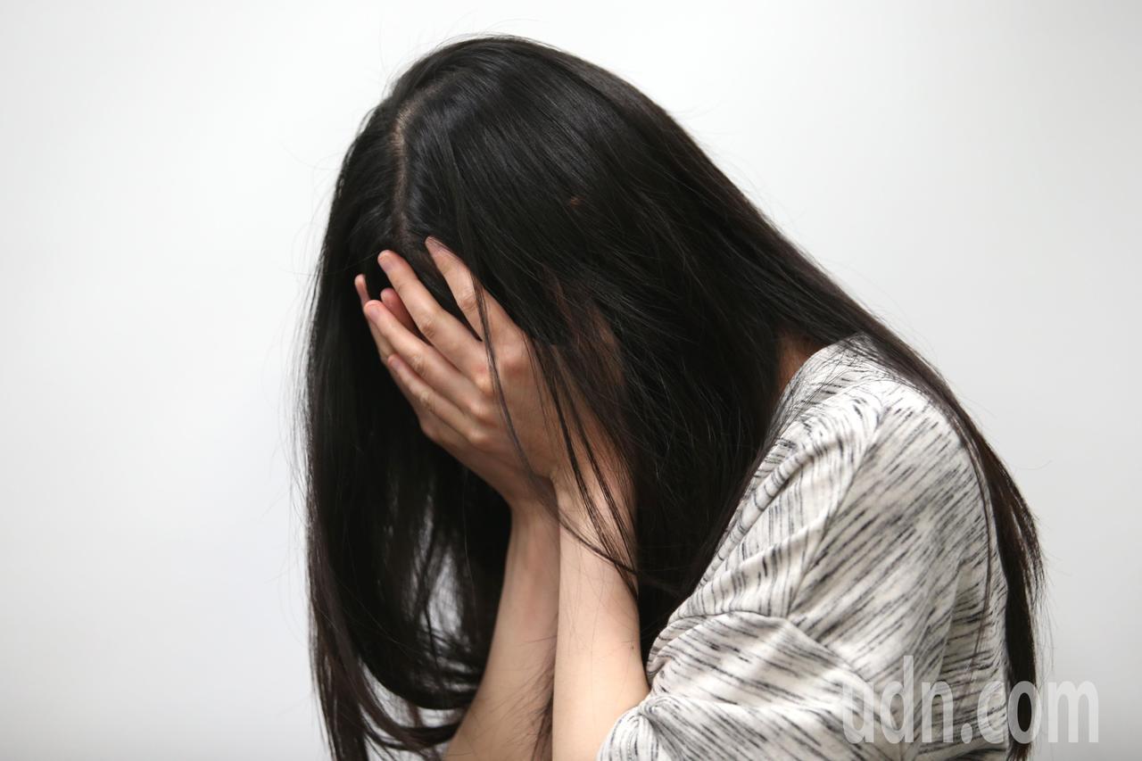 女網友表示自己與老公吵架,婆婆不僅從旁介入,還直接跪下來求她「不要走」。示意圖/...