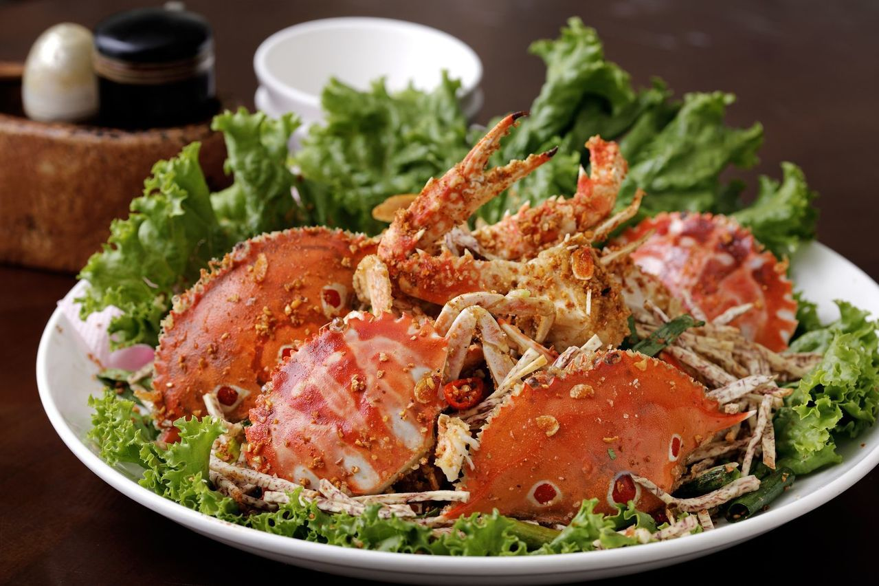 民眾要如何挑選好吃的螃蟹?龜吼漁夫市集攤商說,撇步就在按螃蟹肚子。圖/新北市農業...
