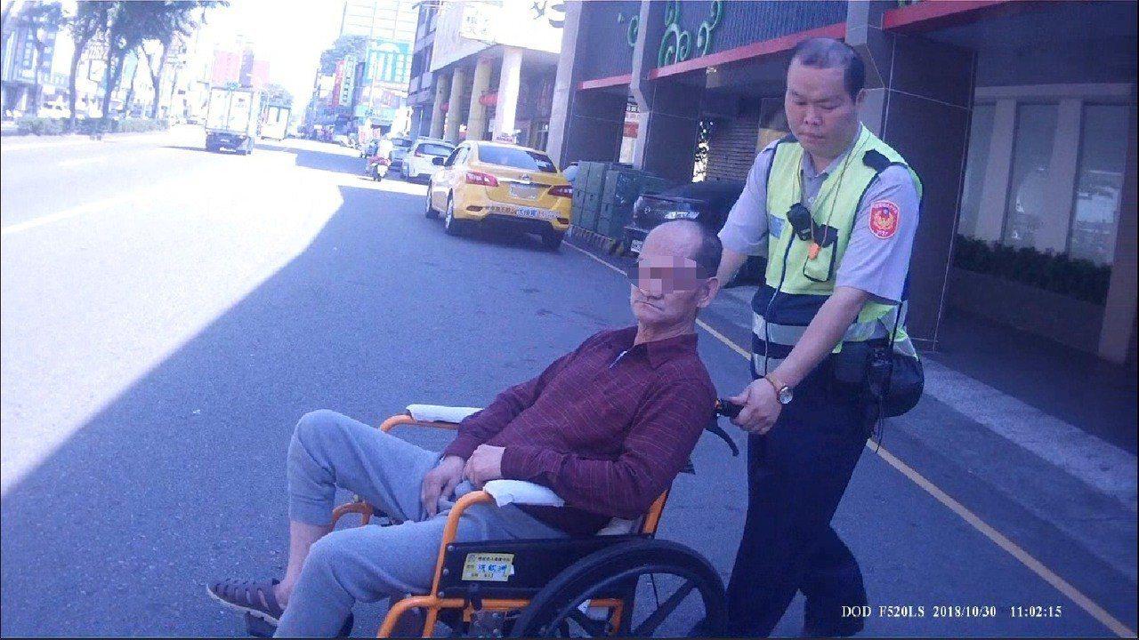 阿伯逆向滑輪椅,台中警救援。記者游振昇/翻攝