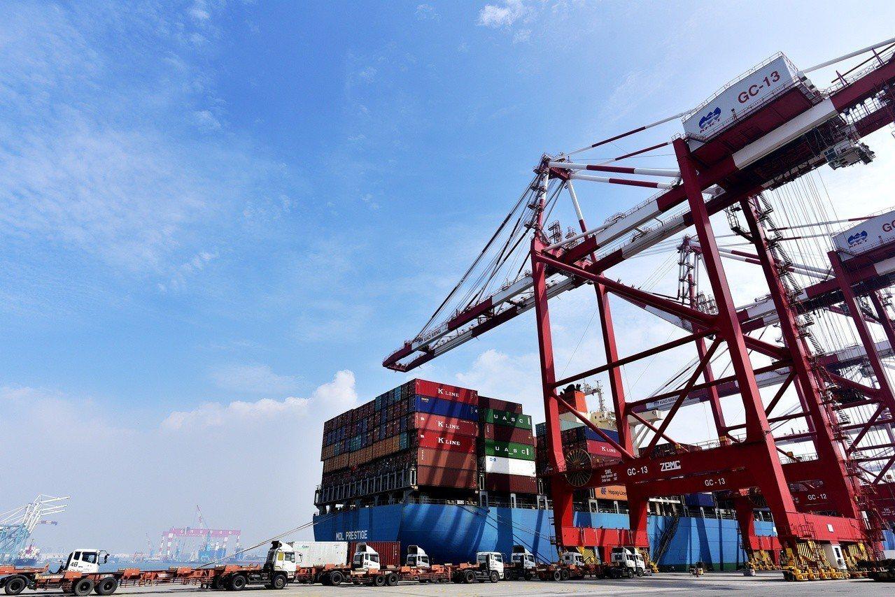 台灣港務公司著重港埠事業多元發展,推動離岸風電產業及新南向海外投資等創新業務。圖...