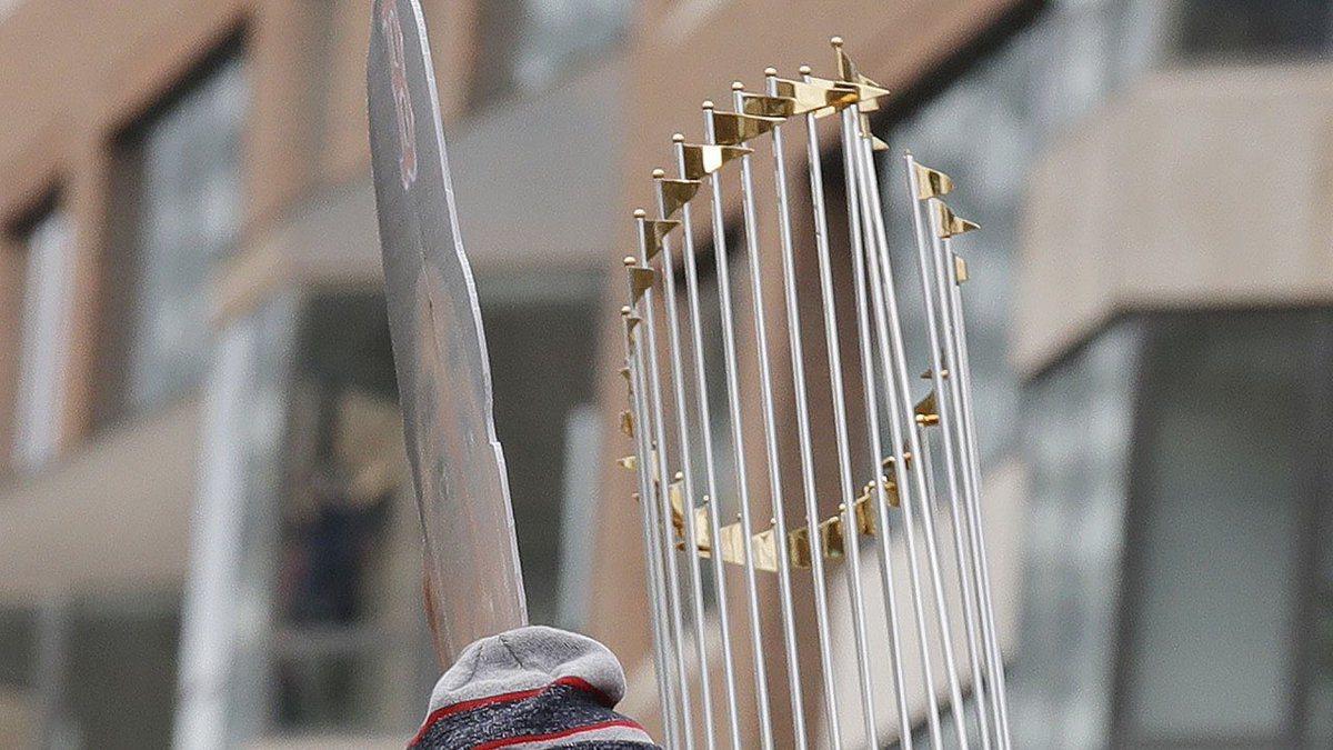 世界大賽冠軍盃在紅襪封王遊行時,遭波士頓球迷以啤酒罐砸歪。圖/取自Blair M...