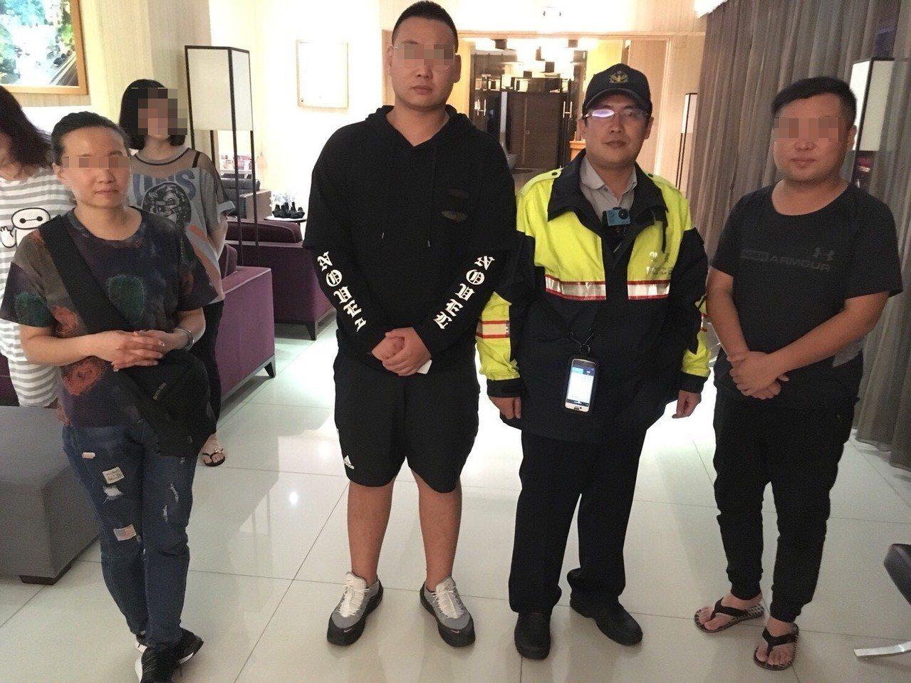 大陸夫妻來台旅遊遺失皮包,台中警方通知他們領回皮包。記者游振昇/翻攝