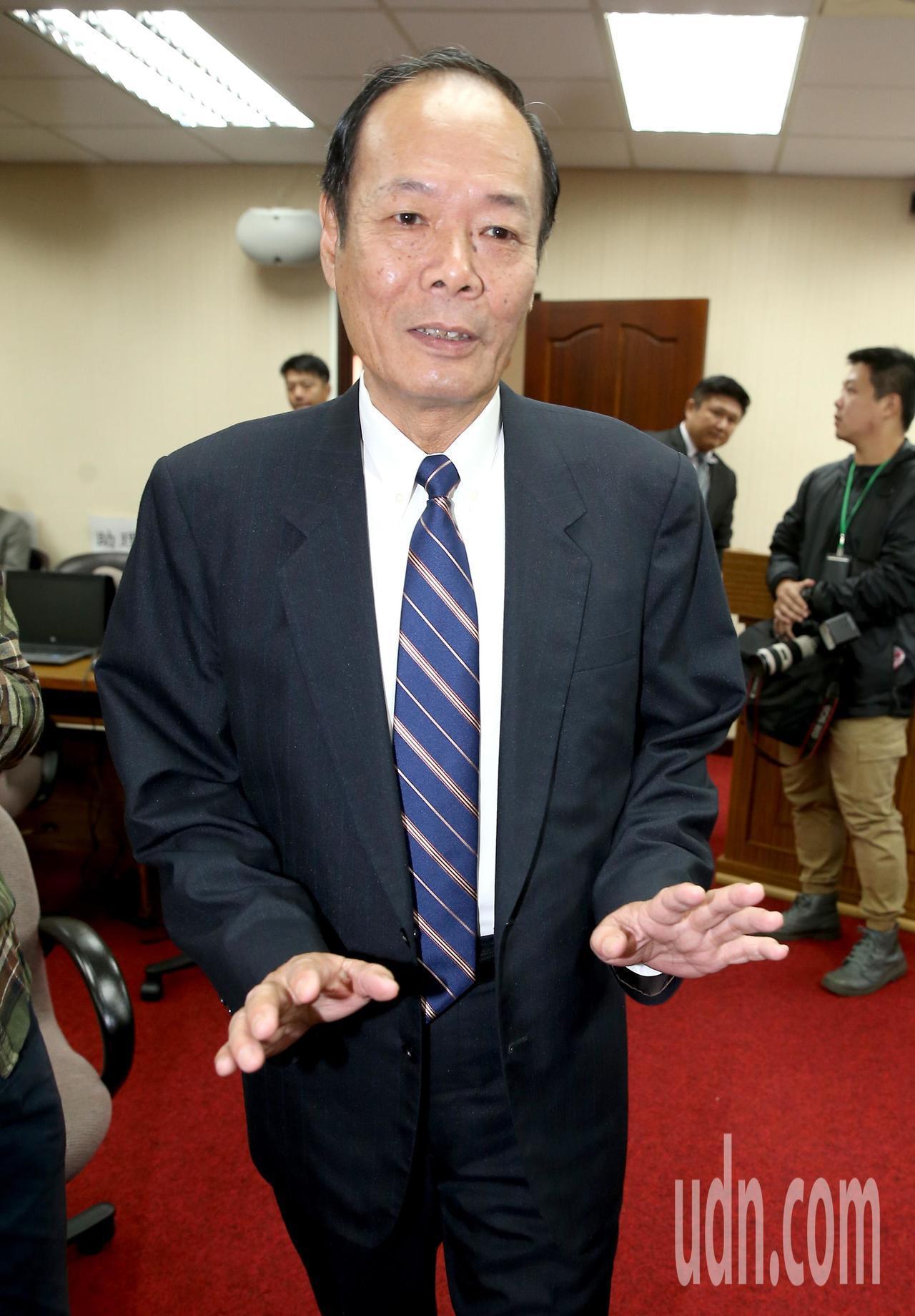 海巡署長李仲威上午出席立院國防外交委員會受訪表示,太平島舉行實彈射擊這是例行性訓...