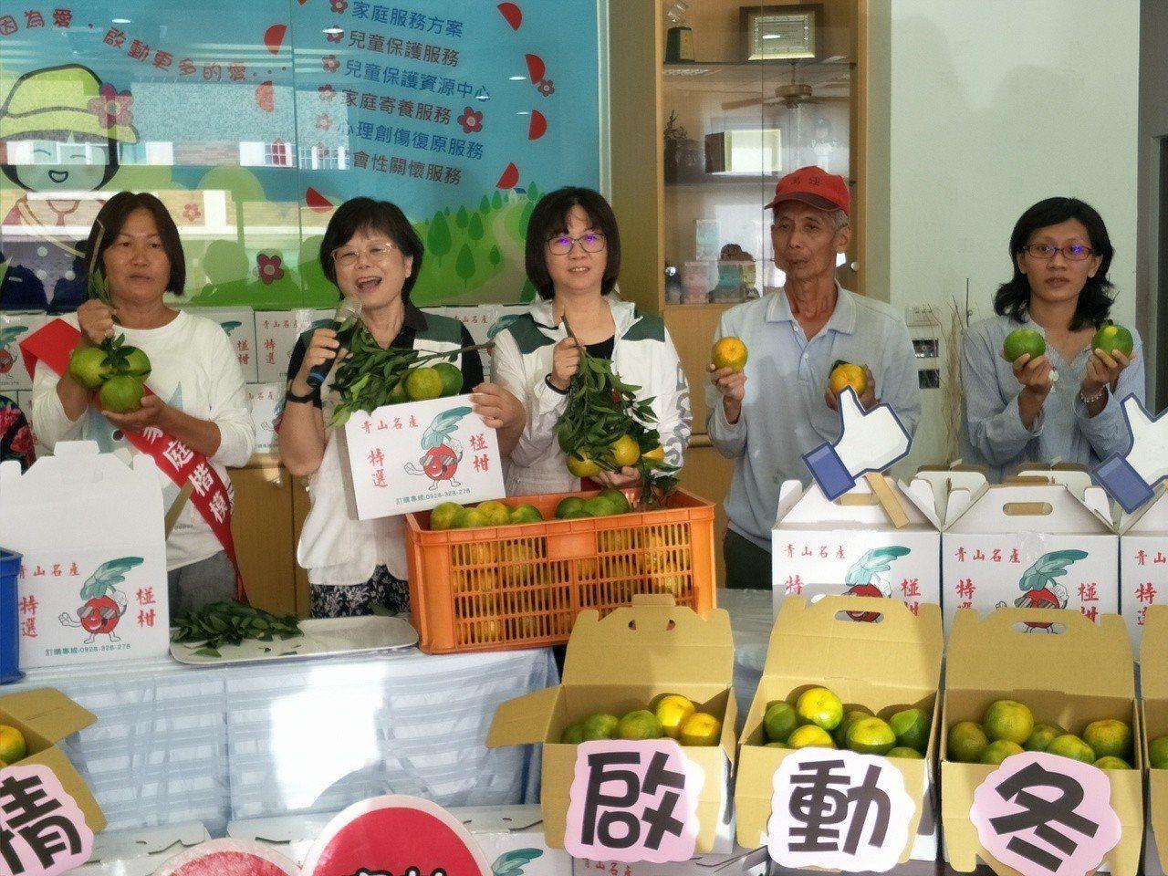 台南東山農民伍國賢(右二)連續兩年提供椪柑200箱助弱勢。記者謝進盛/攝影