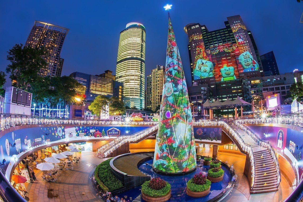 2018歡樂耶誕城月中登場,圖為去年歡樂耶誕城絢爛的景象。圖/觀光旅遊局提供