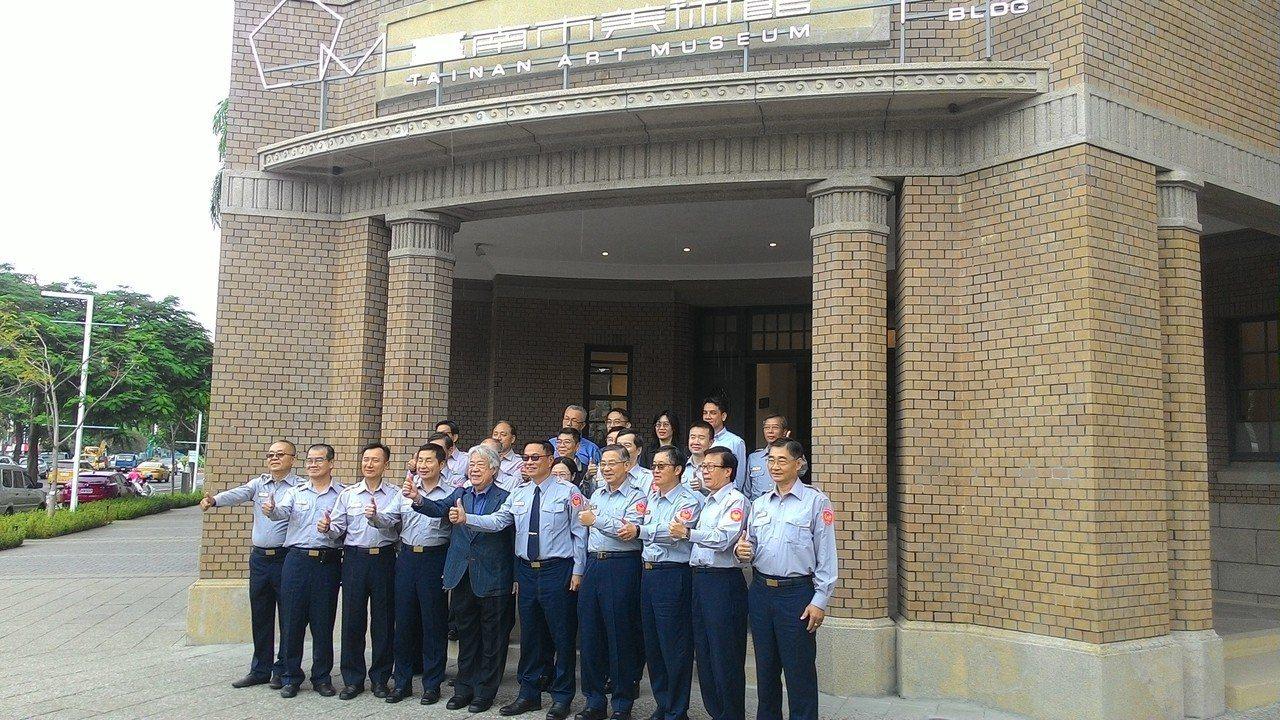 台南市20多名警官到台南美術館參觀合影。記者黃宣翰/攝影