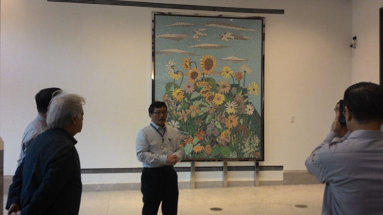台南警官到台南美術館,參觀畫家顏水龍馬賽克壁畫「熱帶植物」。記者黃宣翰/攝影