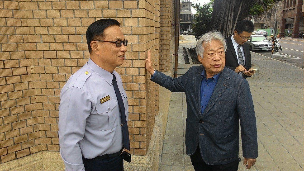 台南市美術館董事長陳輝東(右)向警察局長黃宗仁(左)介紹美術館外觀原色為土黃色。...