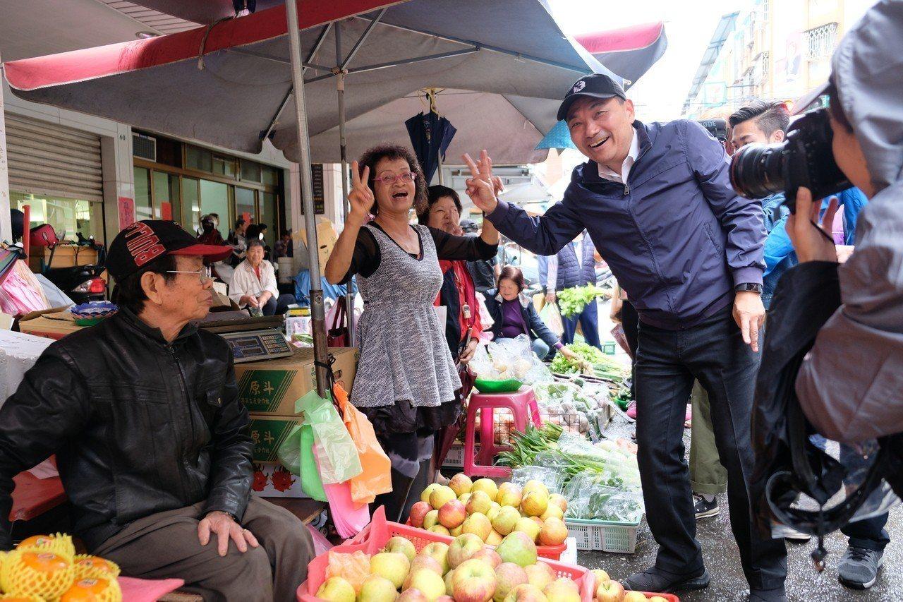 侯友宜今天上午到板橋興隆市場掃街拜票。記者張曼蘋/攝影