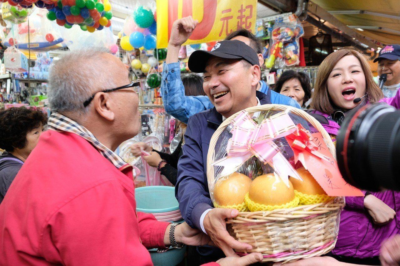 侯友宜上午到板橋興隆市場掃街拜票,還有民眾送上水果籃祝賀。記者張曼蘋/攝影