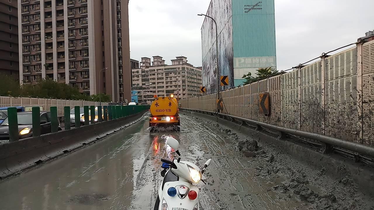 肇事砂石車公司調派水車清洗路面。圖/警方提供