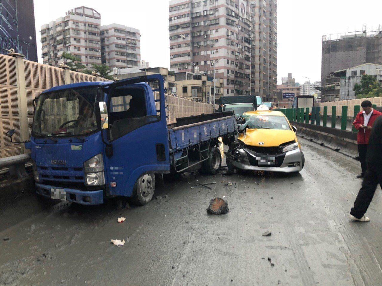路面泥濘造成2車追撞。圖/警方提供