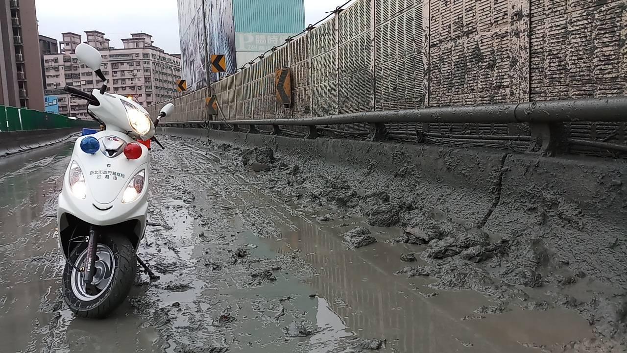 黏稠的泥漿土膏汙染中山高架橋路面長達2.1公里。圖/警方提供