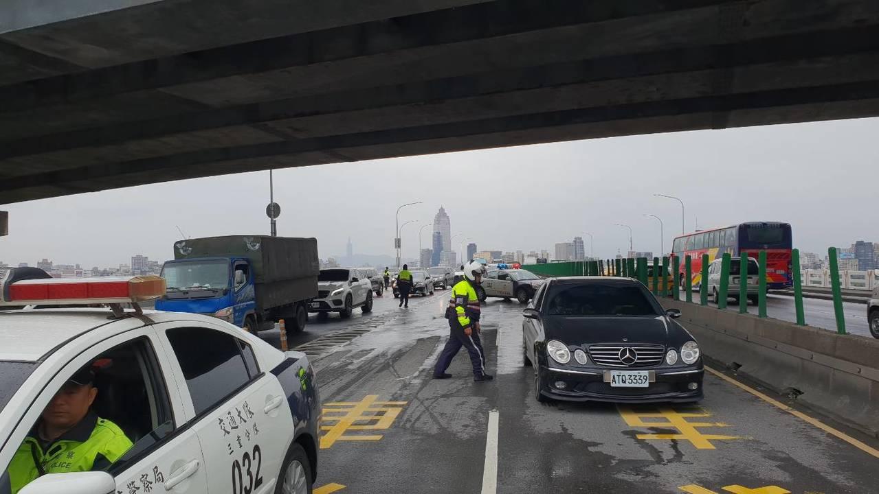 警方管制封閉中山高架橋往新莊方向車道。圖/警方提供