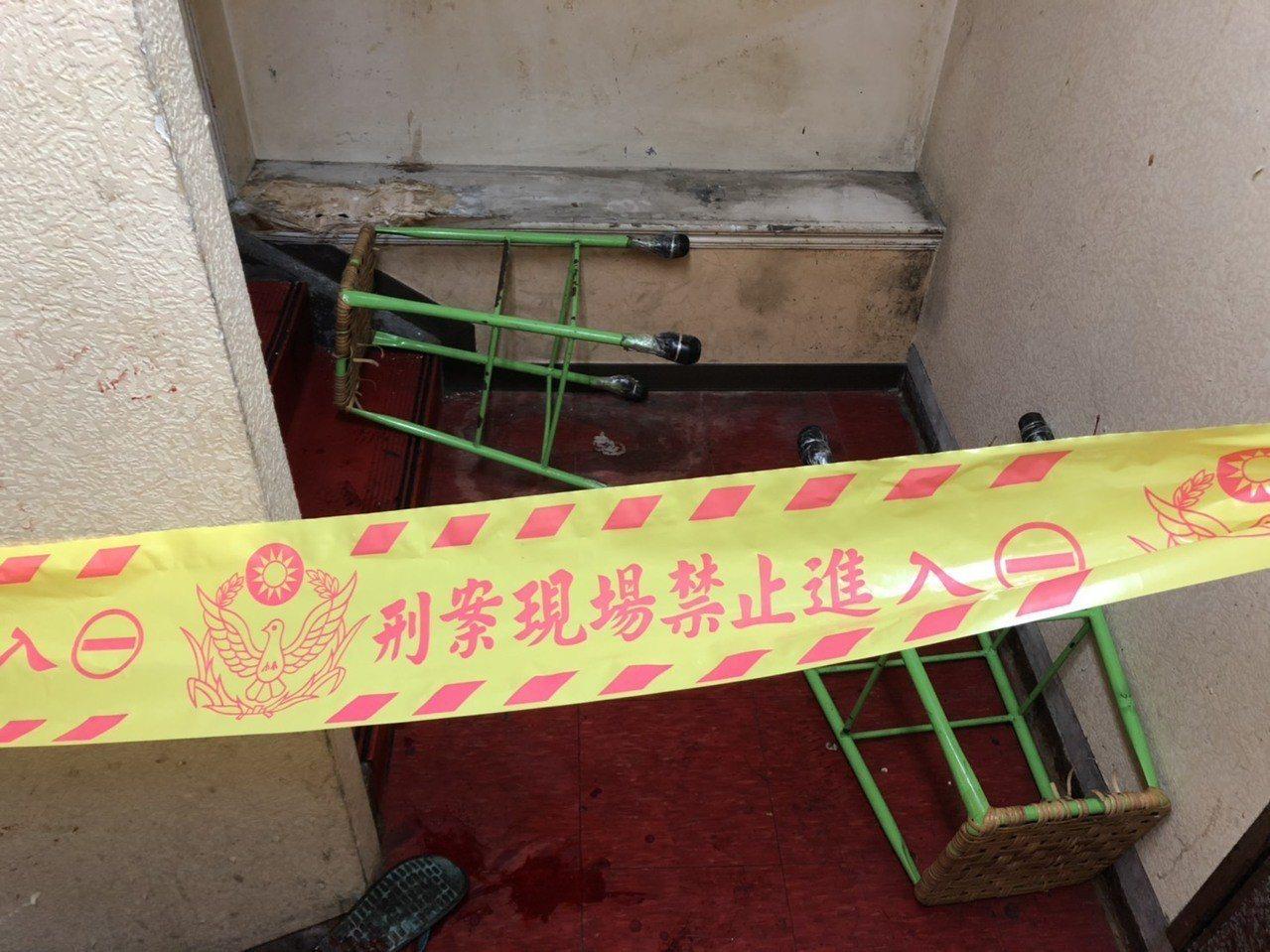 雙方在樓梯間扭打,現場還遺留滾落的椅凳。記者巫鴻瑋/翻攝