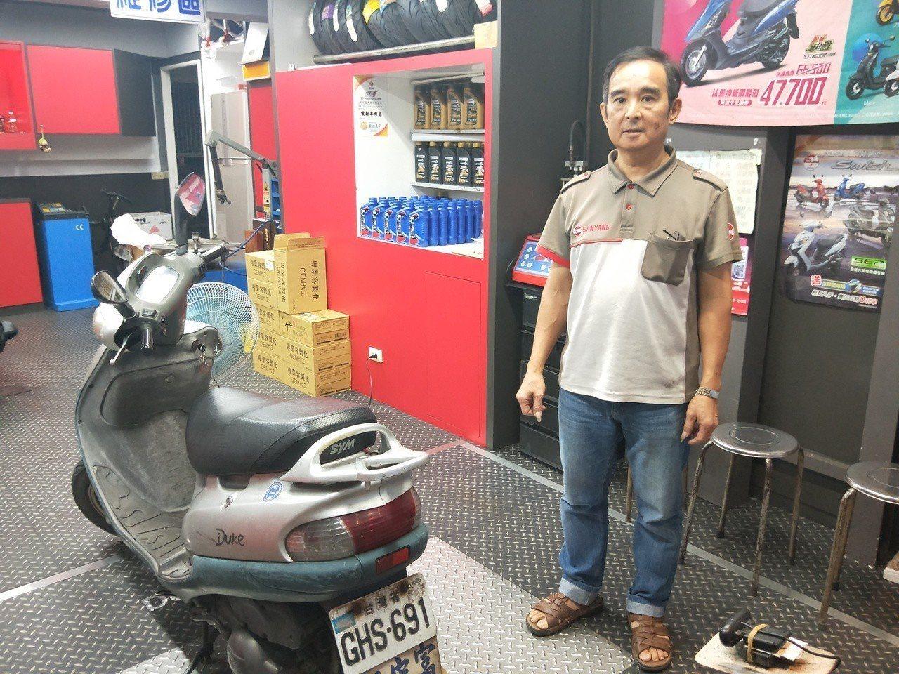 老闆林宏波說,平時把驗車和修車場地分開,場地維持很乾淨,在驗車時,會主動找出機車...