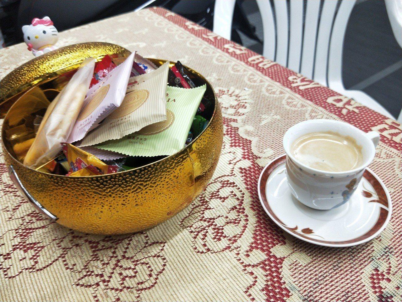 機車行特地買了一台研磨咖啡機,提供香濃咖啡讓等待的民眾品嘗。記者游明煌/攝影