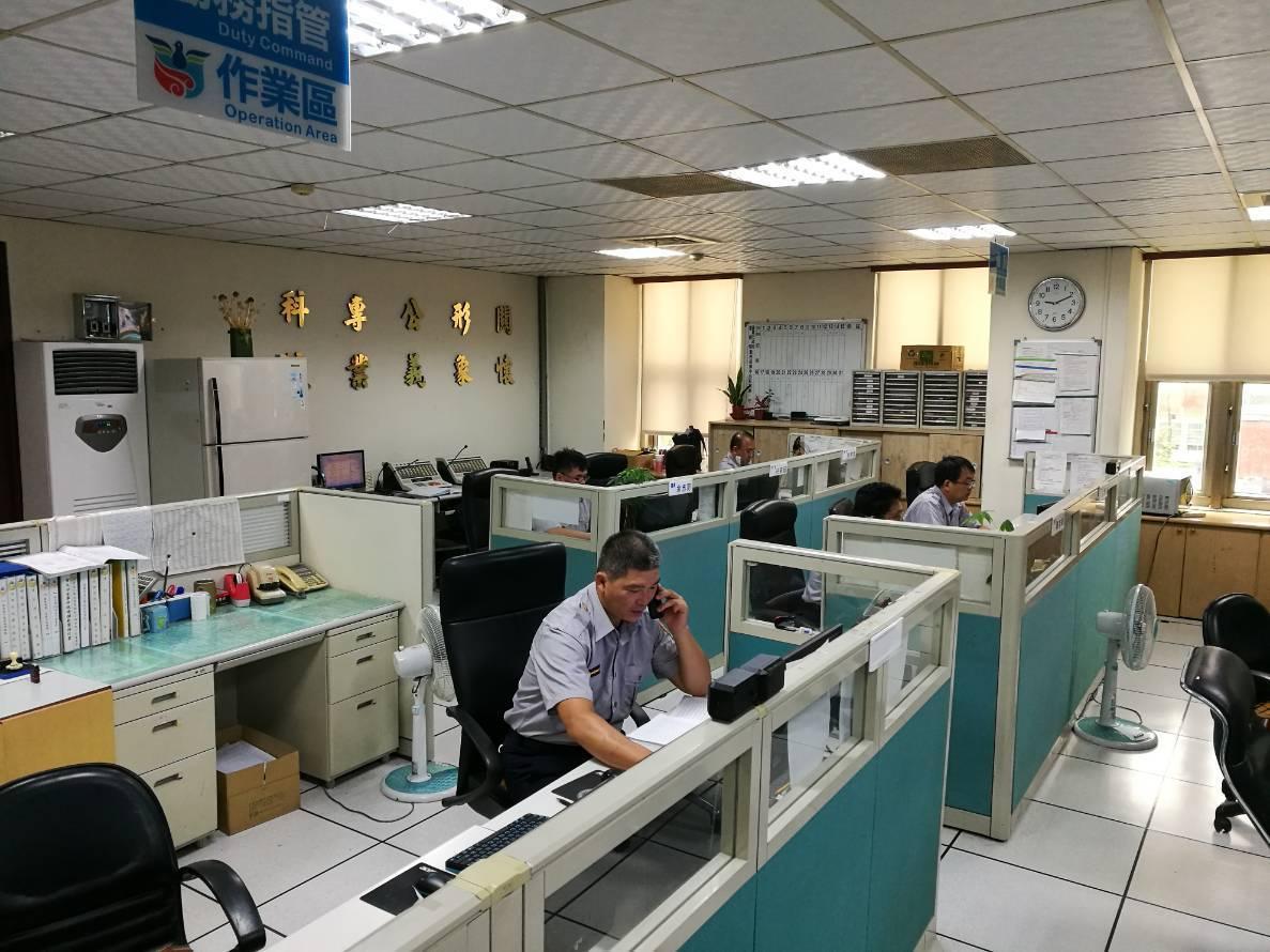台南市警察局勤務指揮中心常接到民眾亂報案電話,令員警不堪其擾。圖/台南市警察局提...