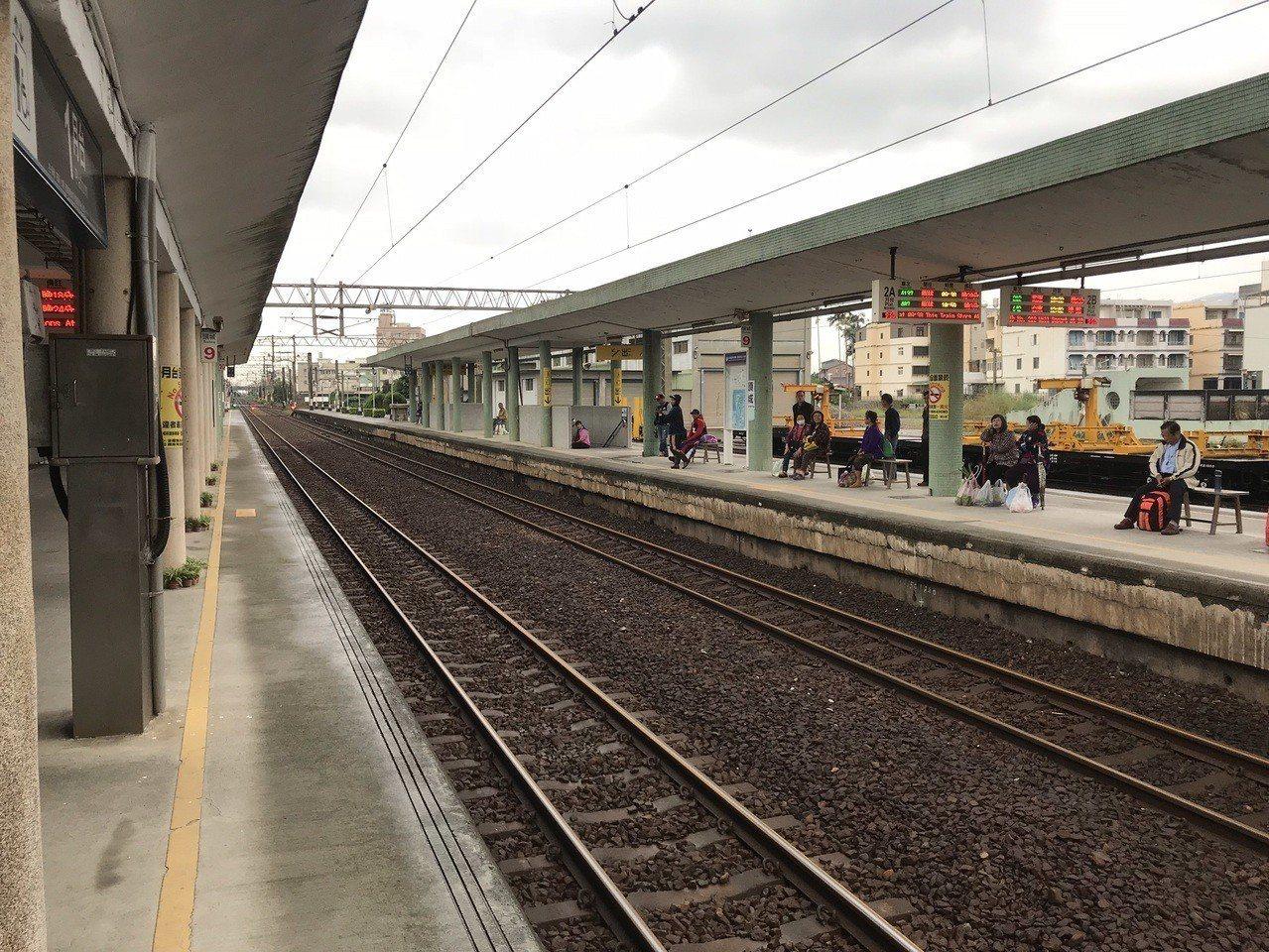 宜蘭運務段表示,頭城上行號誌在清晨4點40分至7點30分故障,5列次班車共延誤6...