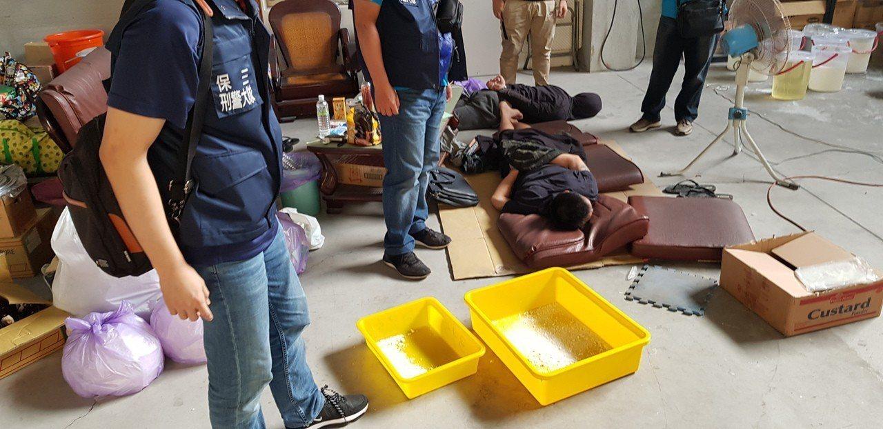 警方攻堅制伏黃姓男子(右二起)、陳姓男子。記者林伯驊/翻攝