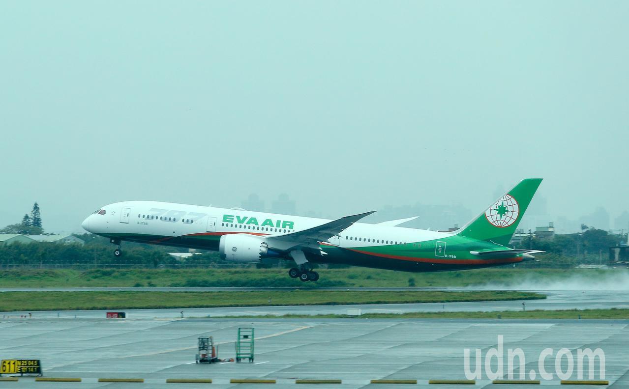 長榮航空公司引進波音787-9全新客機,1日上午首次載客飛行前往香港。記者陳嘉寧...