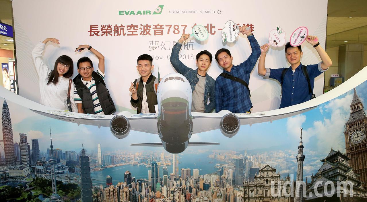 長榮航空公司引進波音787-9全新客機,1日上午首次載客飛行前往香港,候機室內旅...