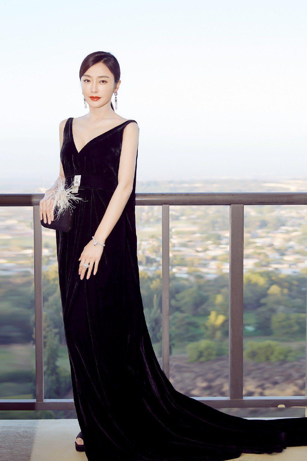 秦嵐在中美電影節擔任頒獎嘉賓時,則換穿Oscar de la Renta黑色深V...