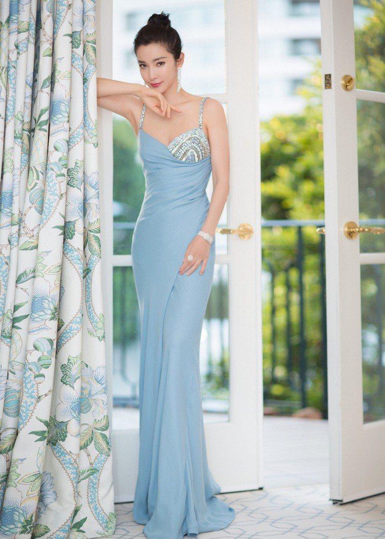 李冰冰身穿Versace訂製禮服,不對稱的半身水晶刺繡閃爍華麗光澤,合身剪裁與腰...