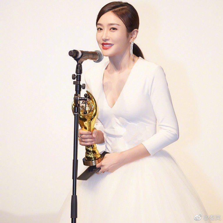 秦嵐在前一晚的中美電視節活動中獲頒最佳女主角獎,選穿了Viktor&Rolf的深...
