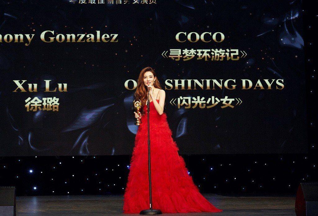 拿下新晉女演員獎的徐璐,則是穿了Valentino 早秋系列大紅色禮服現身。圖/...