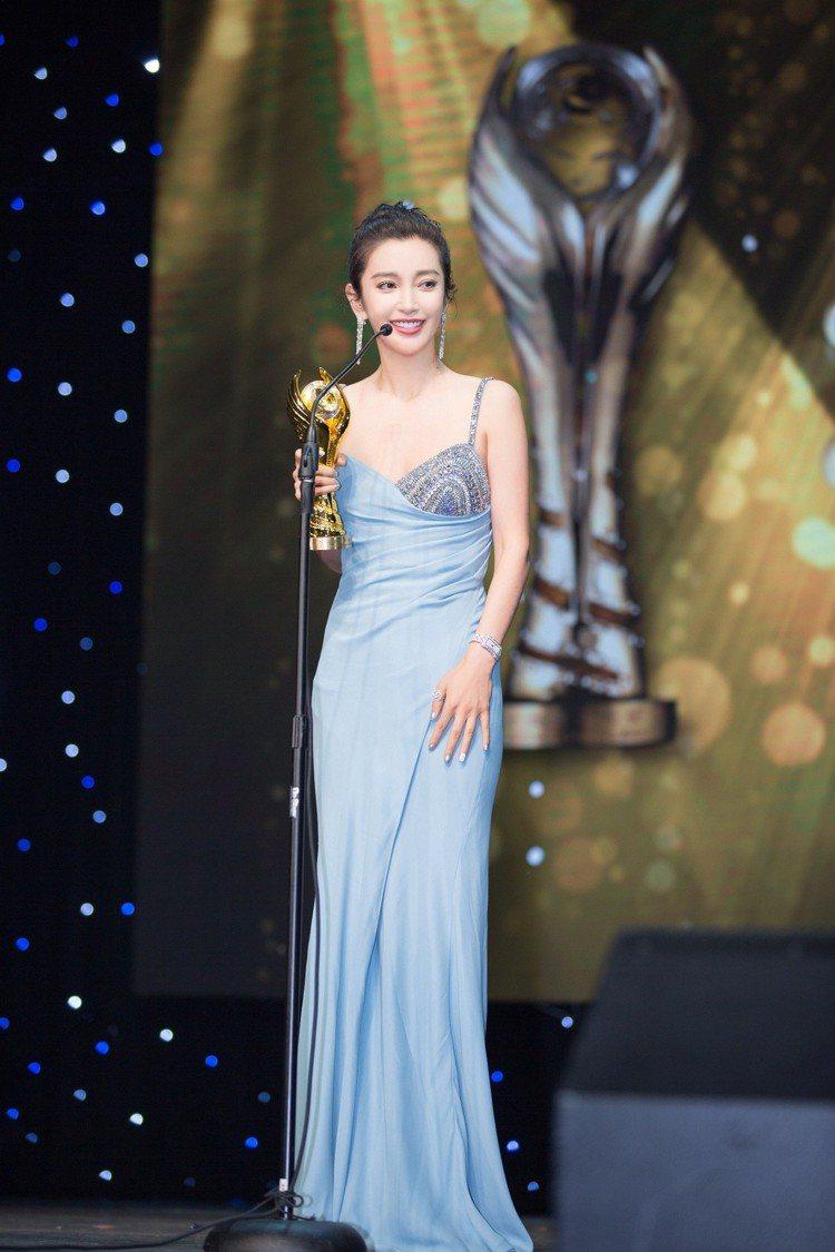 李冰冰在中美電影節拿下最佳女主角及中美電影交流貢獻獎。圖/Versace提供
