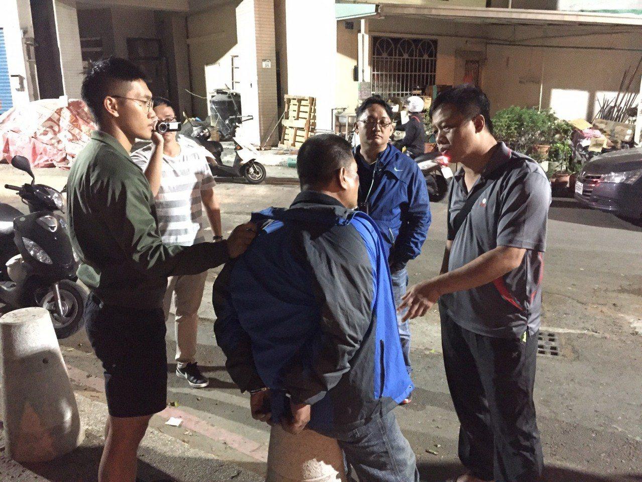 顏姓男子(中)涉嫌偷車搶買菜婦人皮包,昨天被捕。記者林保光/翻攝