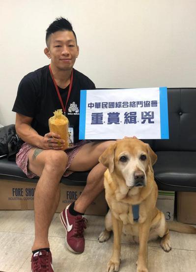 李俊翰上午帶著愛犬Benny骨灰,在北市議員應曉薇陪同下出面,要幫愛犬找出凶手。...