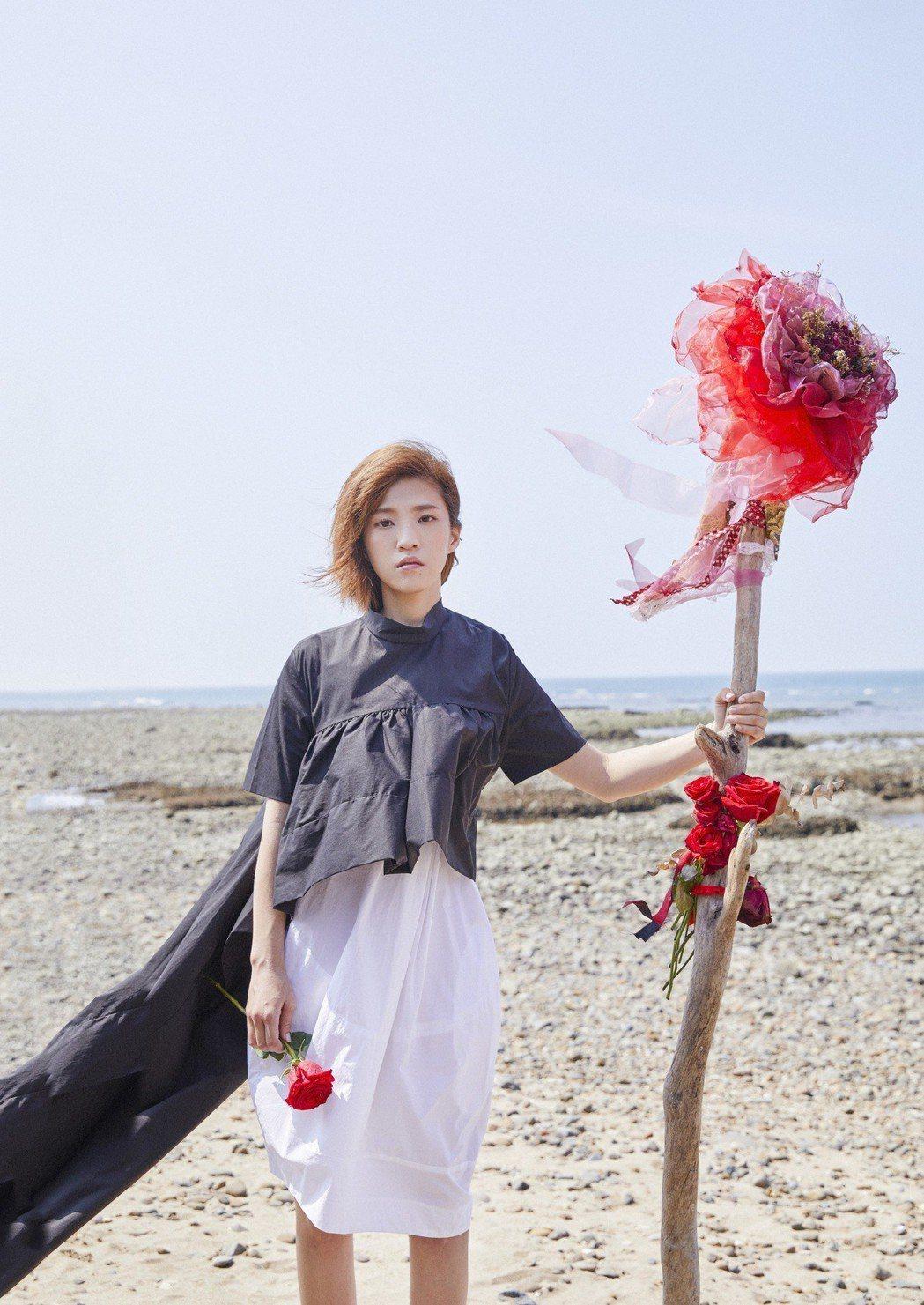 小球拿著3公斤重的特製玫瑰木頭權杖。圖/環球音樂提供
